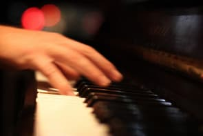 彈琴的手(網絡圖片)