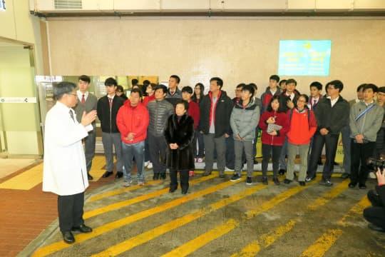 山頂院長郭昌宇向嶺南師生講解傳染病防治工作