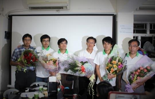 學社得知2013年立法會選舉結果後,包括區錦新(右三)在內的各主要成員合照(資料圖片)。