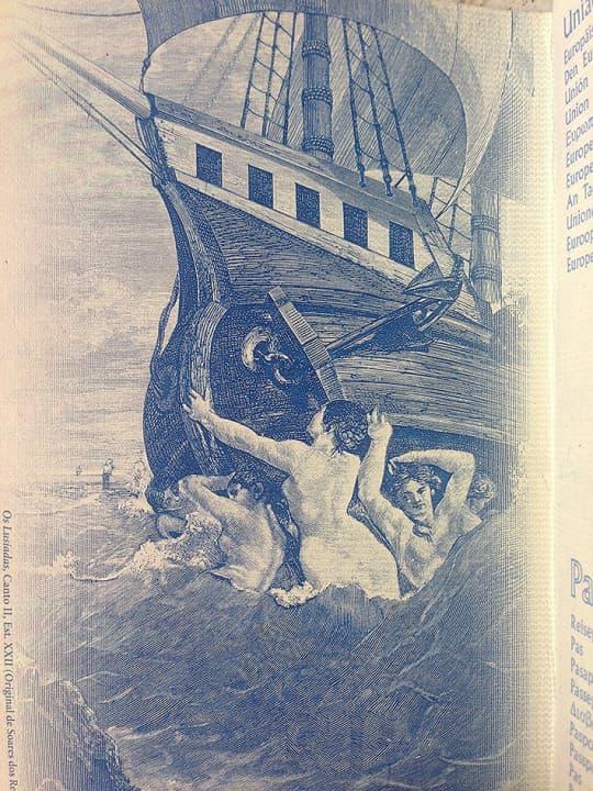 舊款葡國護照內頁的一幅圖畫,描述賈梅士的史詩Os Lusíadas第貳篇(Canto II),講述華士古達伽傌的船隊駛向東方的情況,航海途中受到伏擊,後來得到天神的助佑,安然到達下一個站。(圖、文:「葡文無難度」專頁)