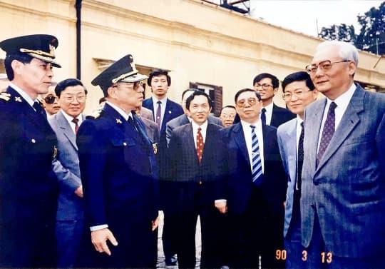 1990年,時任港澳辦副主任、澳門基本法起草委員會秘書長魯平(右一)訪澳,李向玉在旁擔任貼身翻譯。