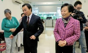 社會文化司司長譚俊榮早前在曹其真(右) 陪同下參觀同濟長者會。