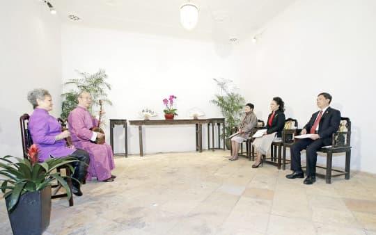 2014國家主席夫人彭麗媛在行政長官崔世安夫人霍慧芬的陪同下欣賞南音說唱。(新聞局攝)