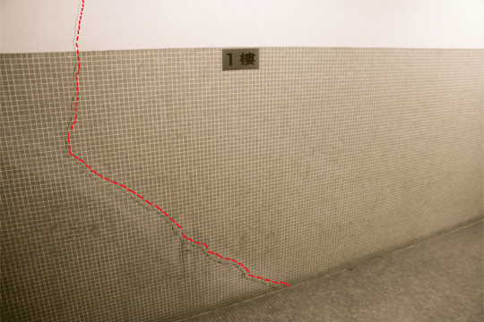 梯間內的牆身及紙皮石亦出現裂紋