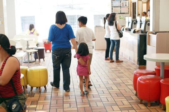用旅遊簽證來回菲澳兩地,每年花上萬元機票費,子女一年最多只有八個月可以在Patricia身邊。