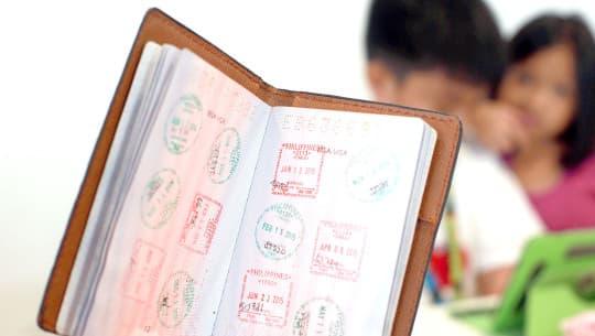 三年下來,兒子Alex很快便用完一本護照。