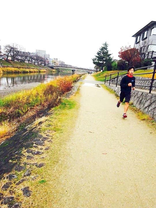 沿著鴨川跑步的孩子