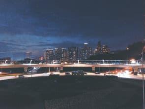 由上而下的政策離地,不只是城市美學,連最生活的基建也是一團糟,沒有「光影節」的夜空也早被城市照得明亮(圖為「兩億」行人天橋)。