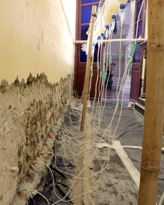 團隊先挑選一間青磚年份相若的細房做試驗,確保方案可行才會啟動正殿的修復工作。