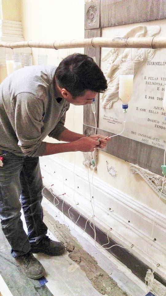 工作人員要經常觀察藥水的吸收情況,隨時調校「點滴」份量。