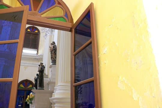 歲月留痕,聖若瑟修院牆身斑駁隨處可見。