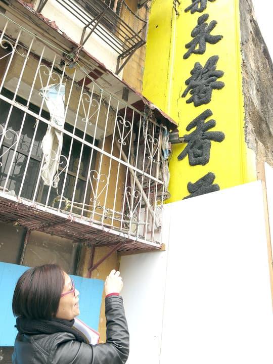 油漆一抹不消數分鐘,但工作人員卻要花大量時間和心血才能將舊城牆還原。