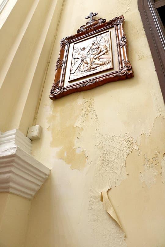 牆身掉漆剝落只是表象,病根是青磚牆已被鹹水蠶蝕。
