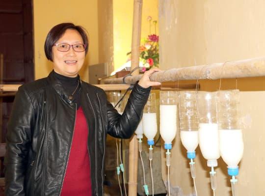 反覆試驗終研發出用「吊瓶」來為本土青磚牆截水除鹽,Kim媽笑說沒有放棄是因為自己太固執。