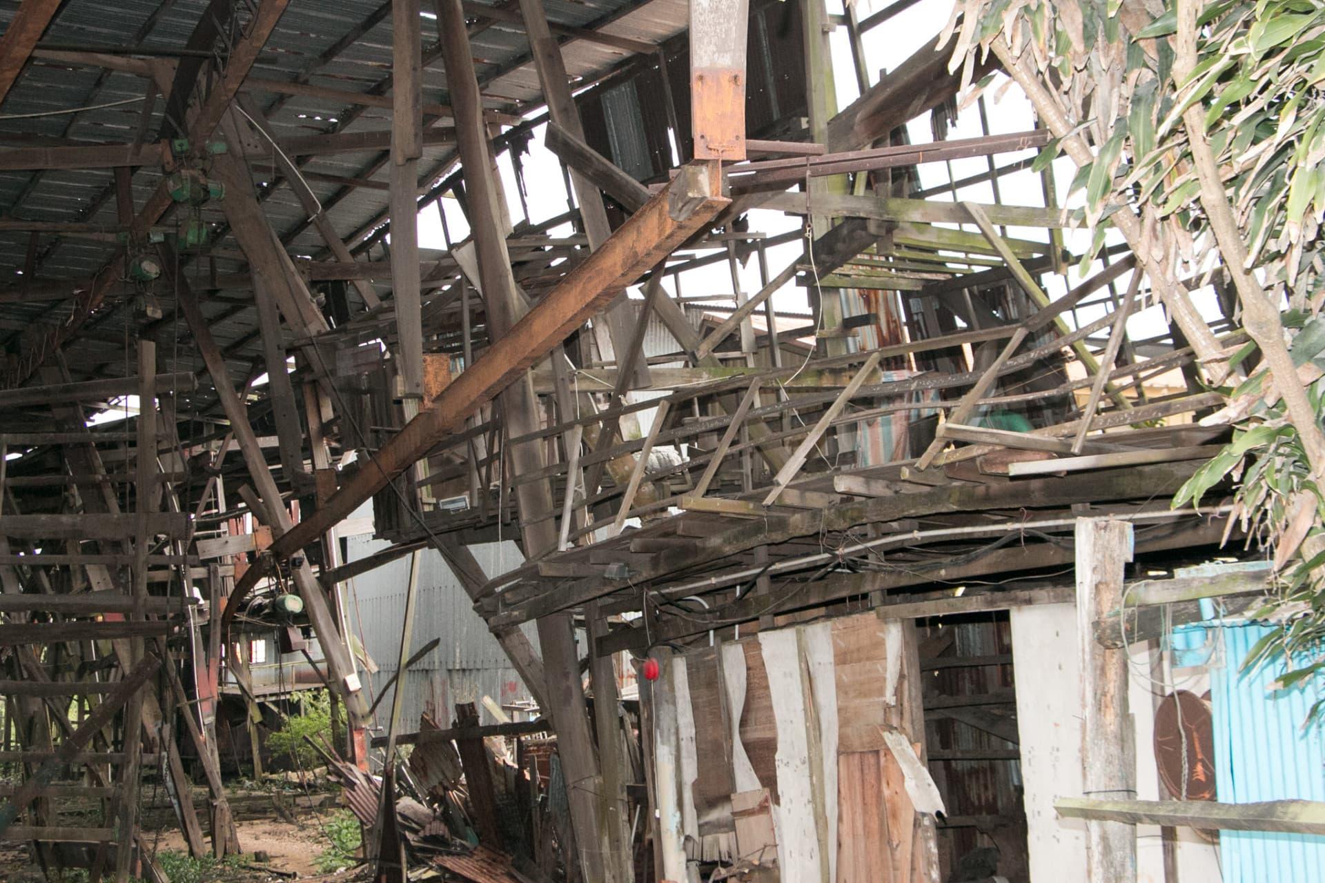船廠內用木材搭建的平台已扭曲變形