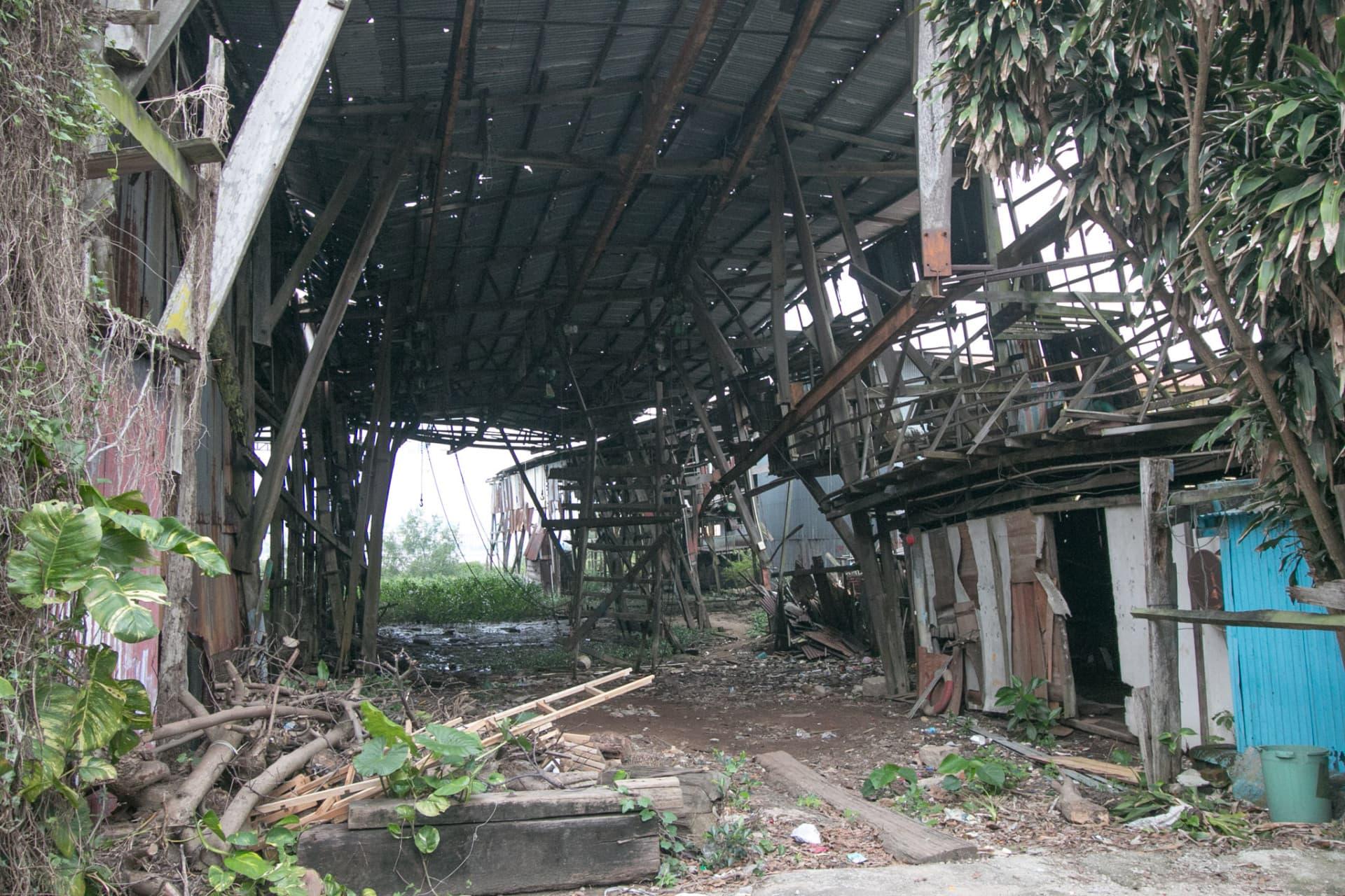 船廠內部殘破不堪
