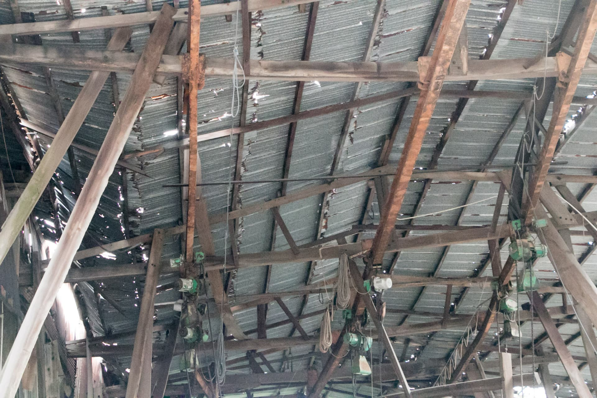 屋頂的木樑及鋼樑嚴重彎曲