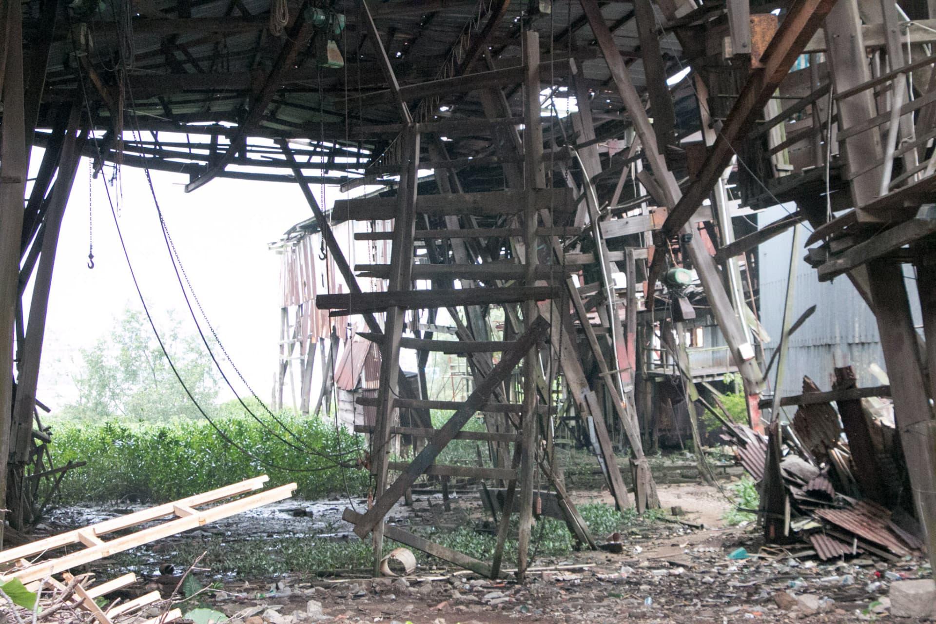 有木架懸掛在船廠內