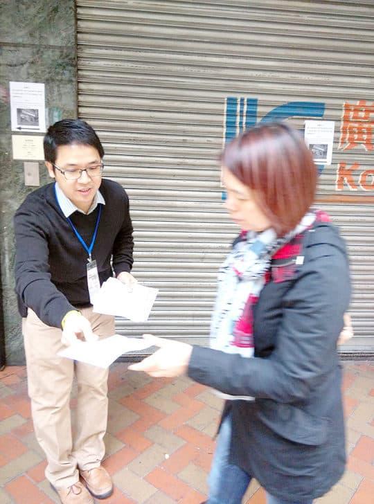 社諮會專題小組成員向爐石塘商戶瞭解公交專道日的營商情況