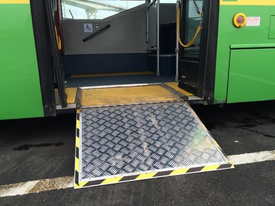 現時本澳有不少巴士設有斜板,供輪椅人士使用。