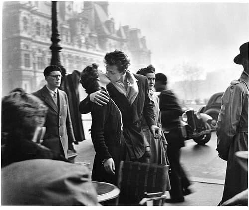《市政廳前的親吻》法國攝影師羅伯特.杜瓦諾攝於1950年