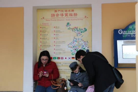 旅遊局設有多語種的世遺城區語音導賞系統,但只有旅遊活動中心可以借用。