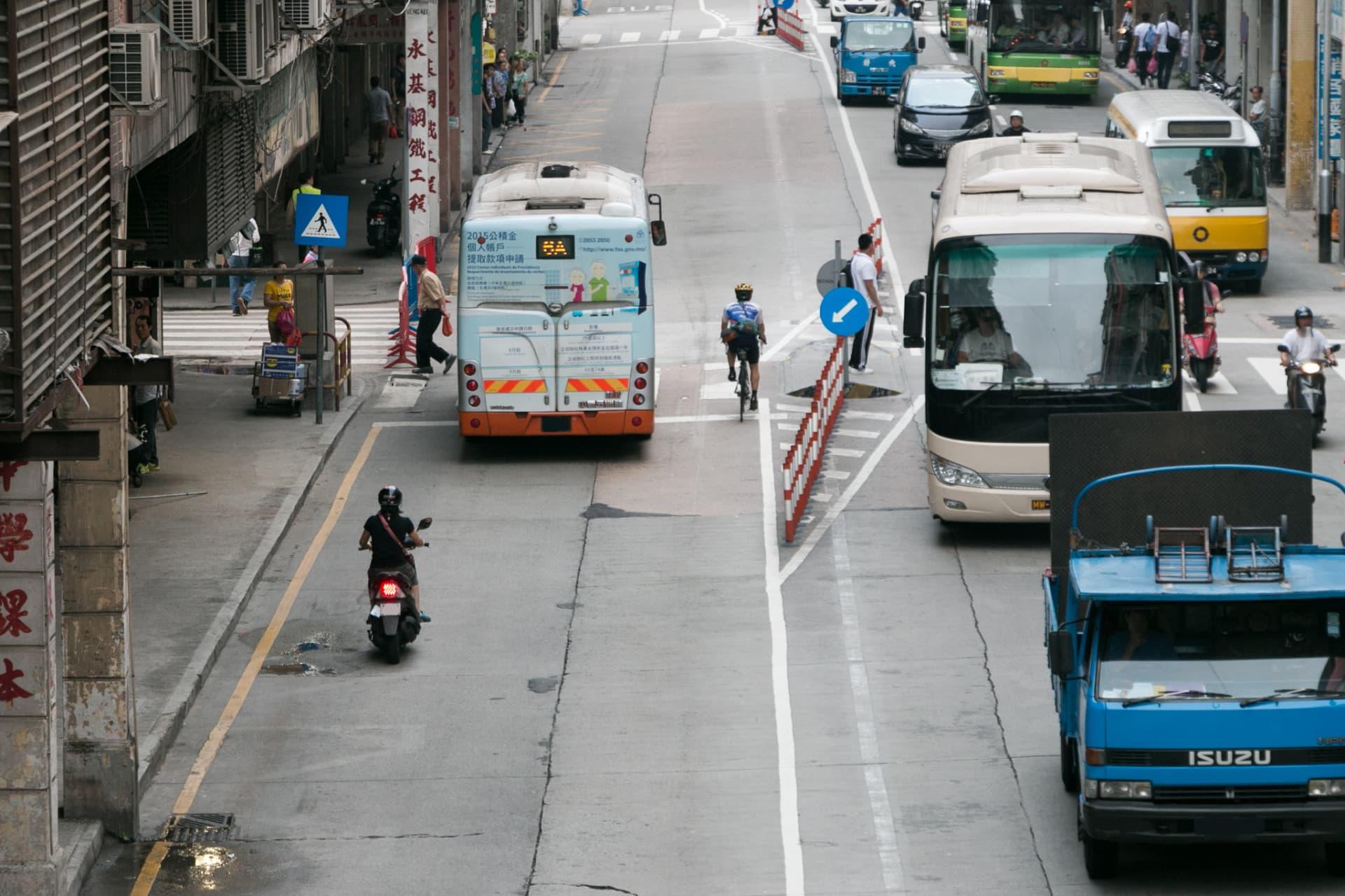 公交專道試行期間,有電單車駕駛者誤闖專道。