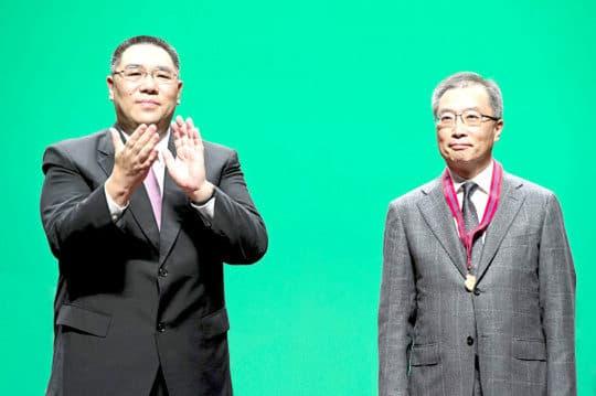 建置商會理事長謝思訓(右)被揭曾同時身兼多達7個諮詢組織。