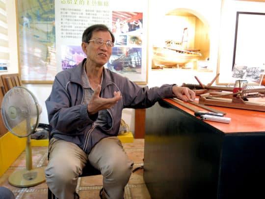 眼前的談錦全師傅舉止溫文,正徐徐介紹著手上那造工異常精細的船隻模型,如果不細看他的一雙手,真想不到是從事繁重體力勞動的造船工匠。