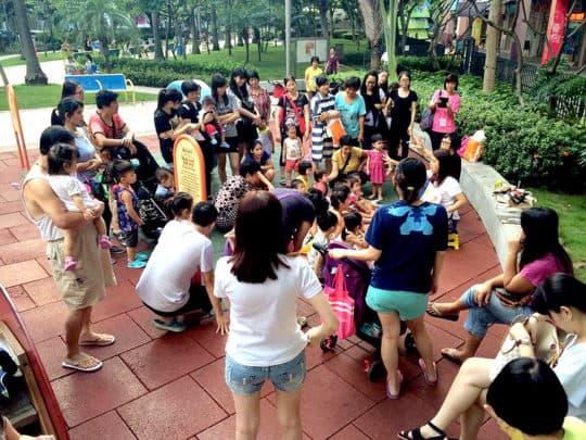 「草苺田」到社區的公園講故事。(圖片來源:「草苺田藝術教育工作室」Facebook 專頁)
