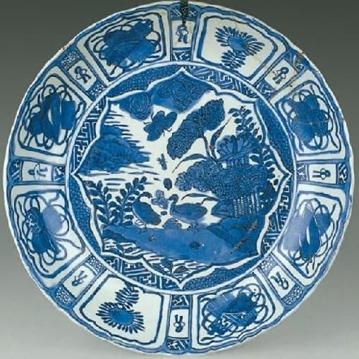 八個蓮瓣紋開光的克拉克瓷盤