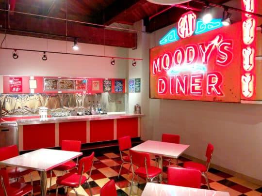 展場內模仿美式餐廳以往的格局