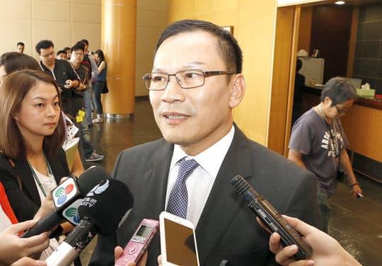 局長李燦烽是涉及換地案惟一仍然在位官員,工務局被質疑自已查自己。