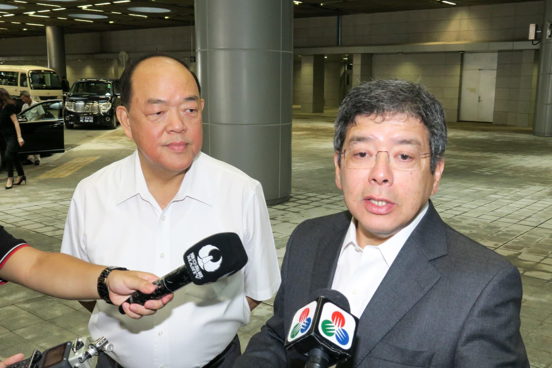 立法會主席賀一誠(左)、運輸工務司司長羅立文(右)