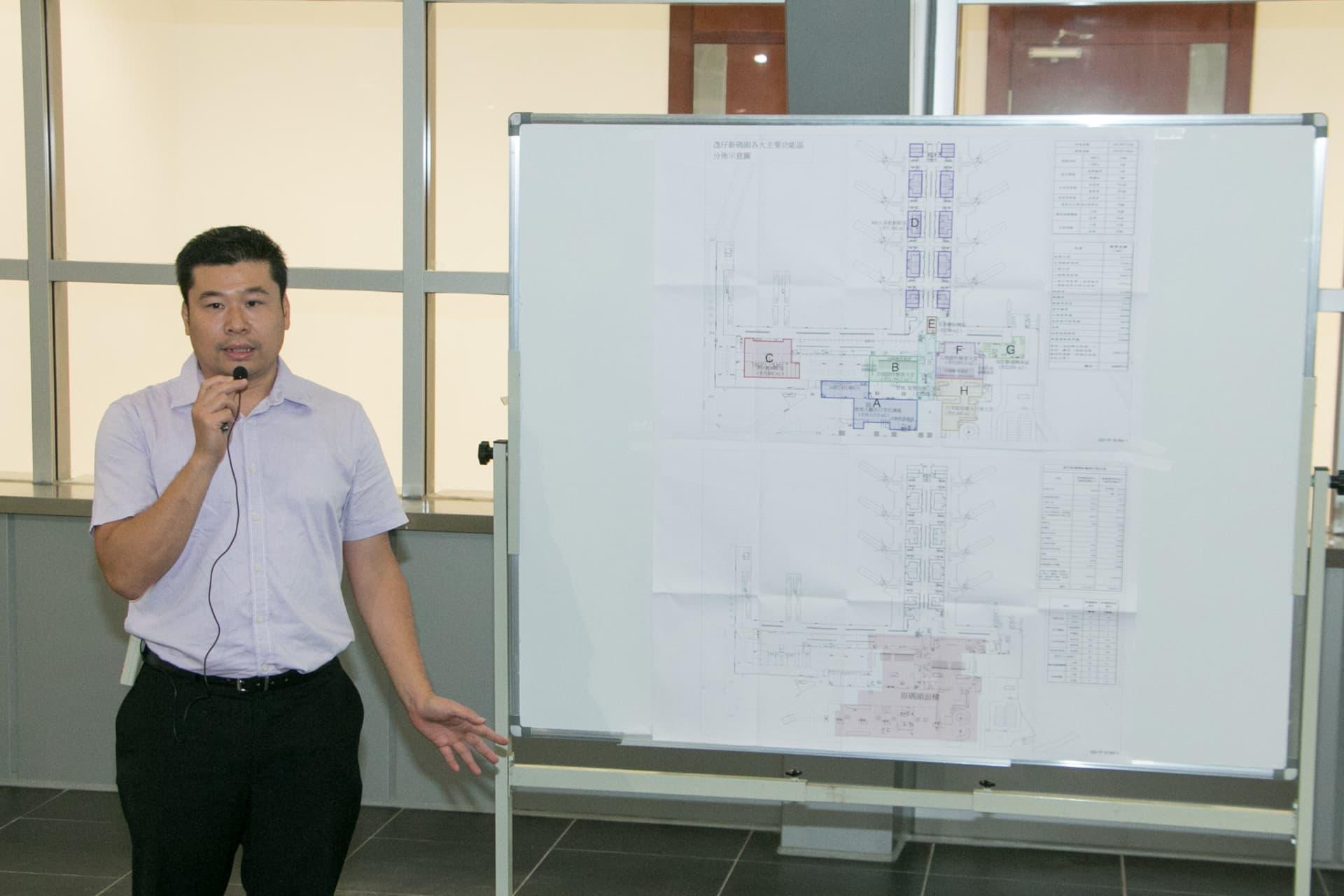 建設辦代主任許震邦向傳媒介紹氹仔客運碼頭的情況