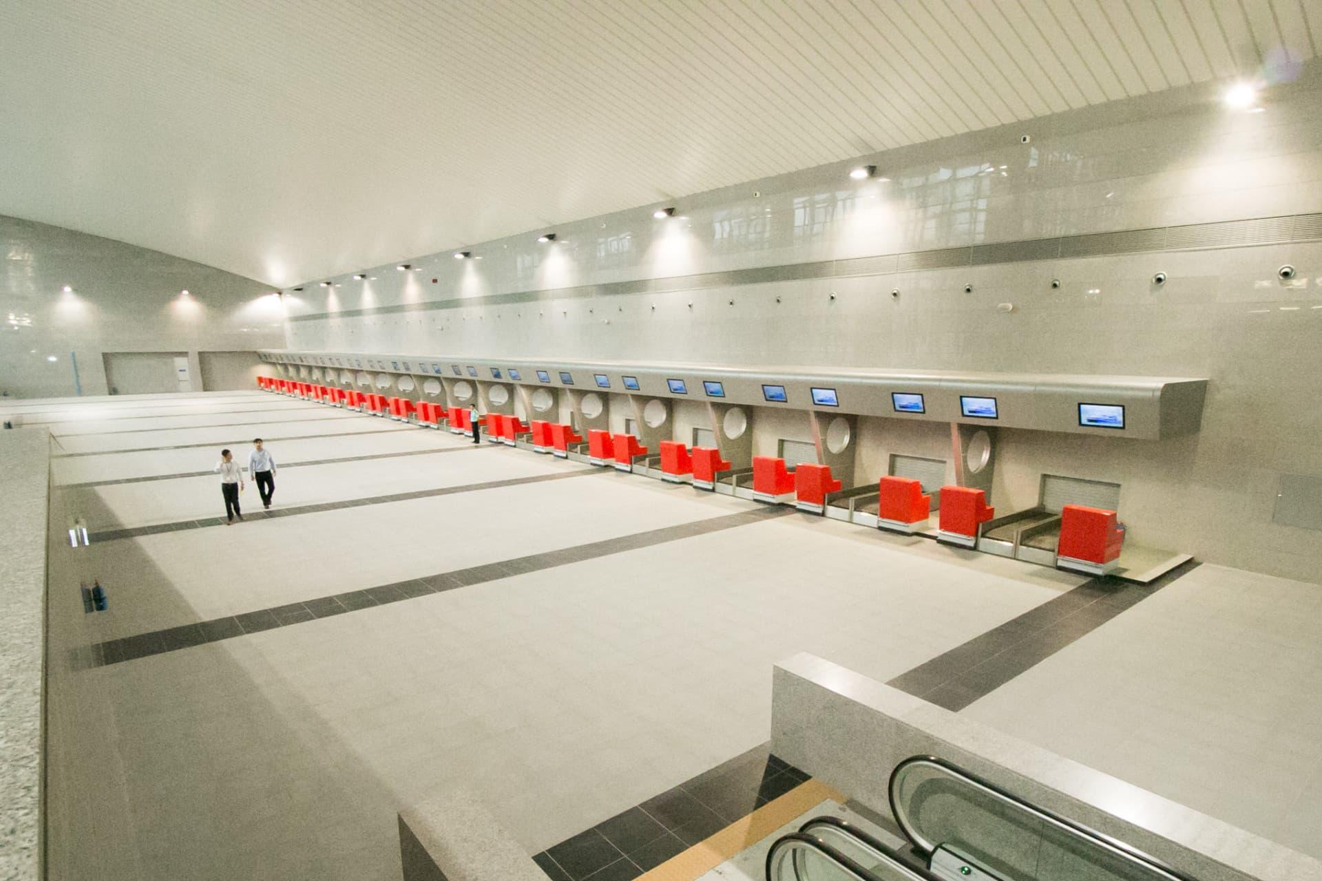 碼頭內設有多個行李托運櫃枱供旅客使用