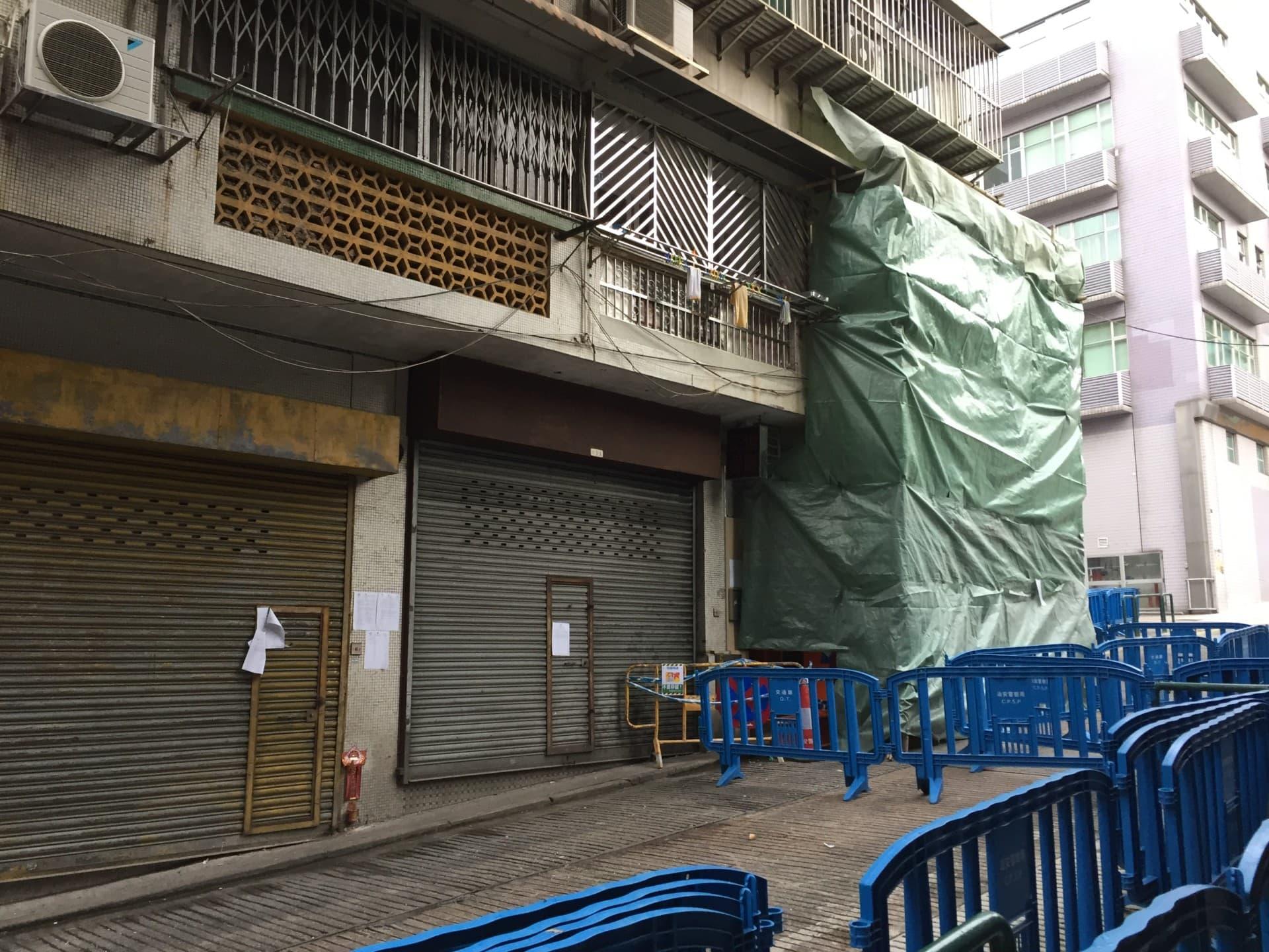 華強大廈受損部分已被棚架及帆布圍封