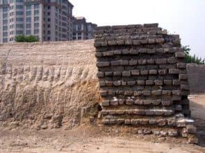 北京內城東城牆南段剖面,可見夯土牆心和外包磚層。此為2005年至2006年整修之後的狀態(摘自維基百科)