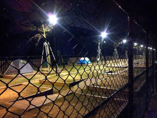 因為保安考慮,深夜燈光依然長亮,卻失去了露營感受黑夜的樂趣