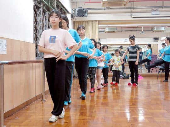 學員們排練步法。
