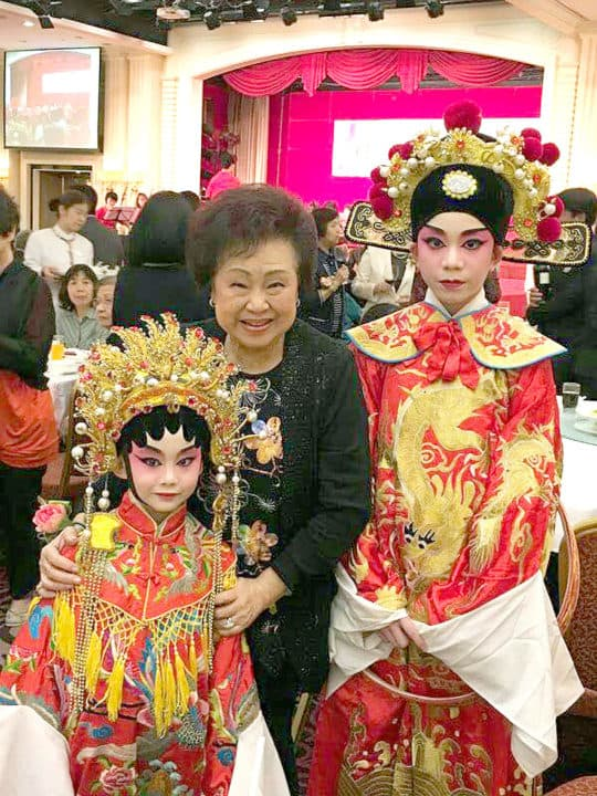 飾演帝女花的青少年學員與香港粵劇界演員譚倩紅合照