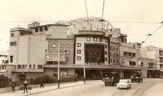 香港北角,皇都戲院(璇宮戲院)立面上有一幅浮雕名為「蟬迷董卓」(圖片來源:維基大百科)