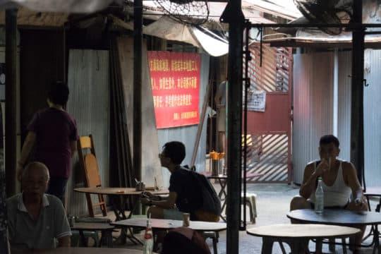桃花崗大排檔彭記表示,加設鐵閘後令生意變得淡薄,即使是早餐及下午茶時間,亦只有數人幫襯。每日的營業額跌至200至300元左右。