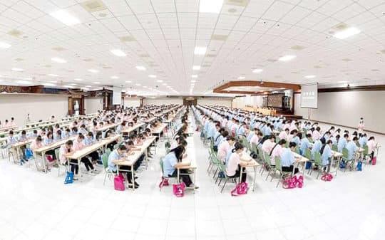 在雲居樓禮堂,一千人在抄經。