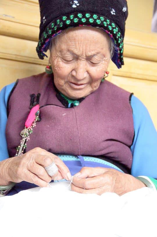 白族的老太太多是紮染的高手。