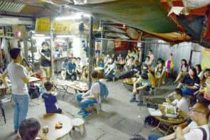 每年中秋,一班市民總會於桃花崗相聚,為小販打氣。
