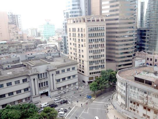 舊法院位於南灣大馬路,鄰近新馬路,平日交通繁忙。
