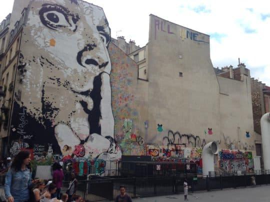 巴黎對街頭藝術相當寬容,圖為龐畢度中心外的大幅塗鴉牆