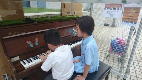 石排灣的小朋友看見鋼琴甚為好奇(相片由風盒子社區藝術發展協會提供)