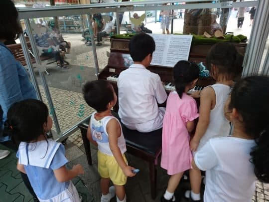 鋼琴「落戶」祐漢,引來大批街坊與小朋友(相片由風盒子社區藝術發展協會提供)